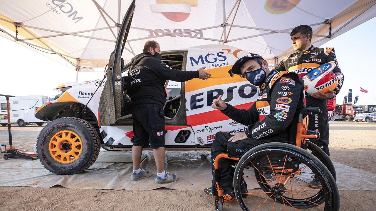 Isidre Esteve junto a su Toyota Hilux en el Dakar 2021 día 3