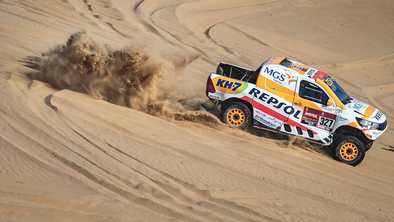 Dakar 2021 día 3: Isidre Esteve mejora su ritmo y se divierte al volante del Toyota Hilux