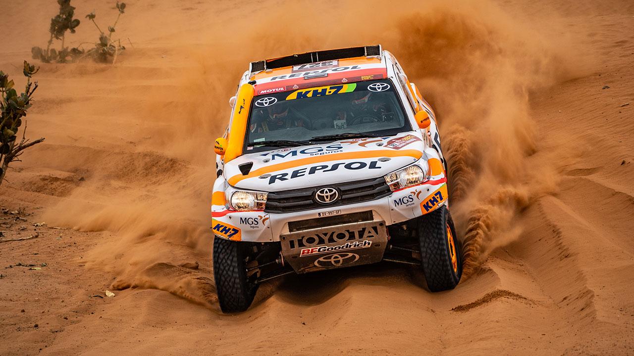 Isidre Esteve sobre arena con su Toyota Hilux en el Dakar 2021 día 6