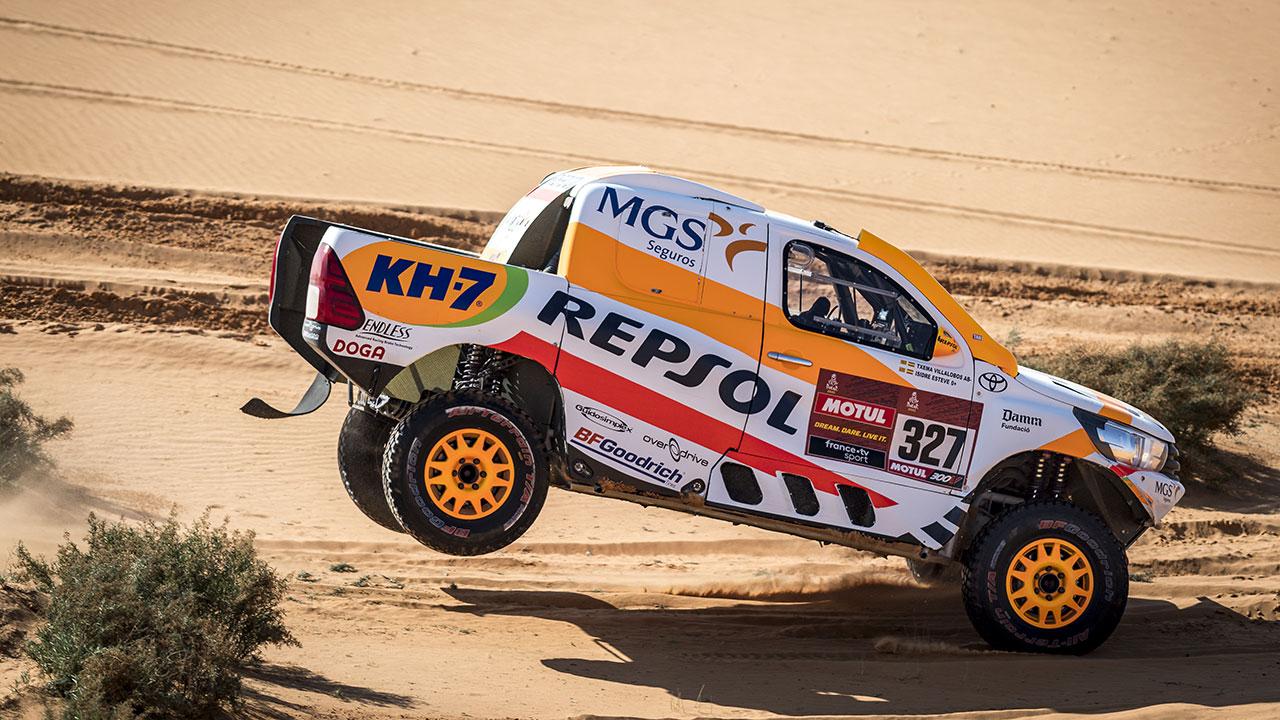 Isidre Esteve saltando con su Toyota Hilux en el Dakar 2021 día 6