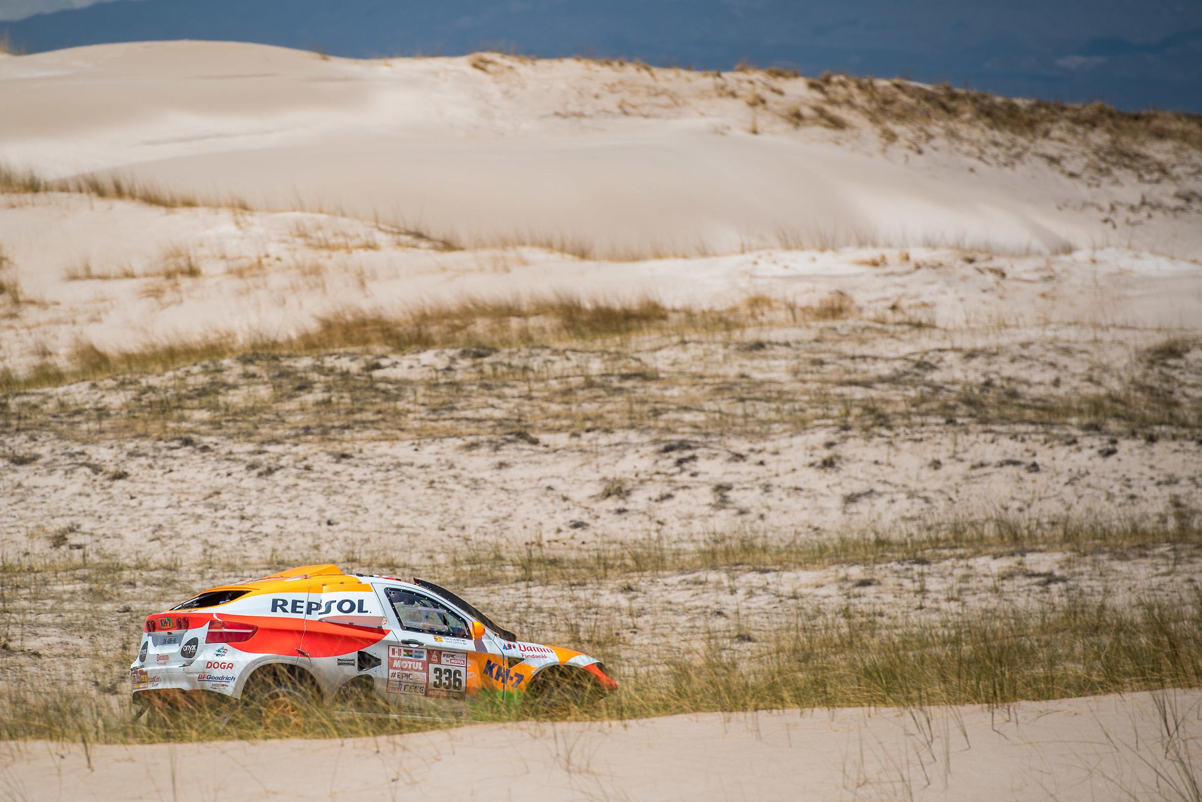Isidre Esteve rodando sobre arena en el Dakar 2018