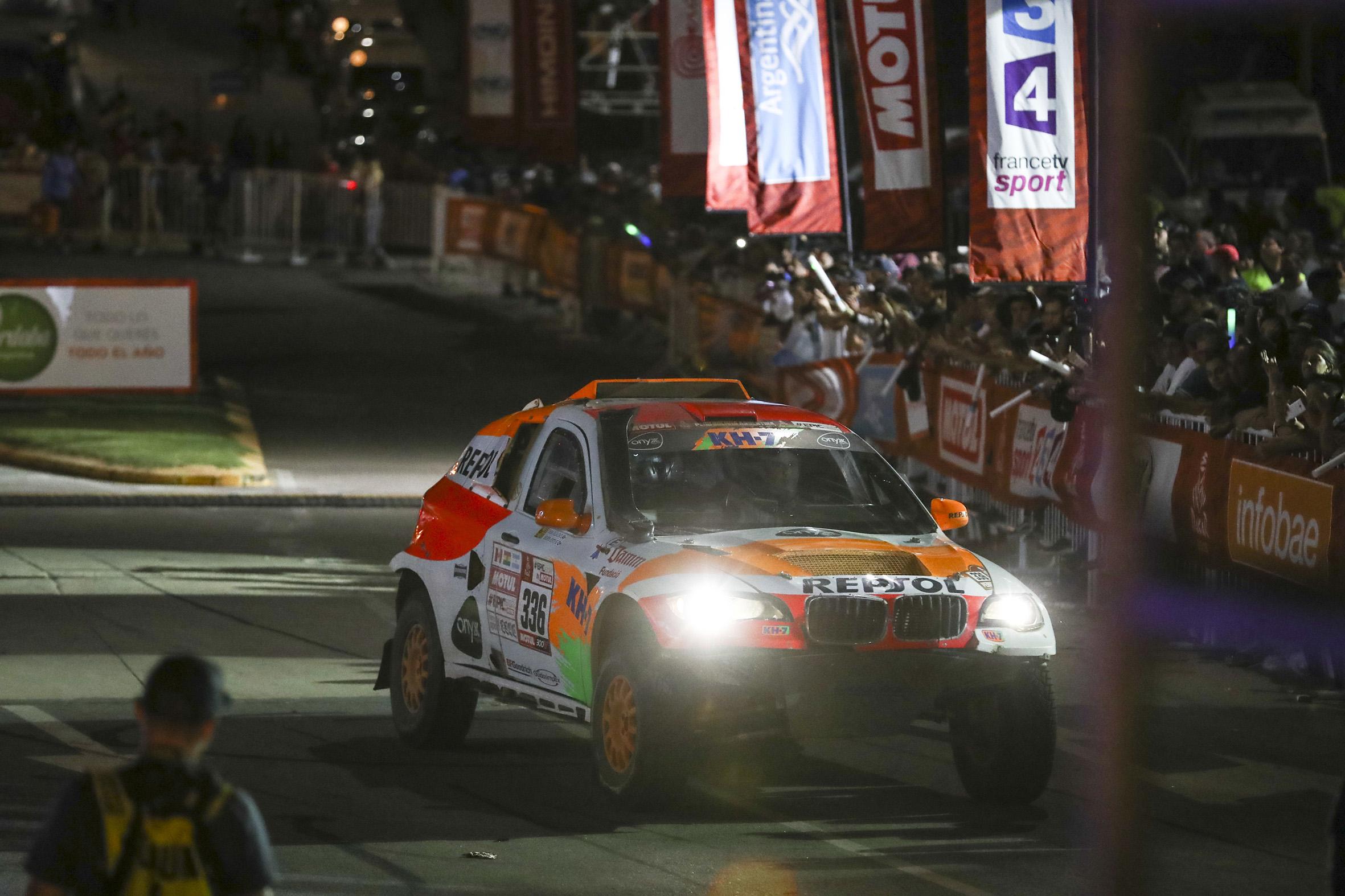 Coche Repsol Rally Team de noche con faros encendidos