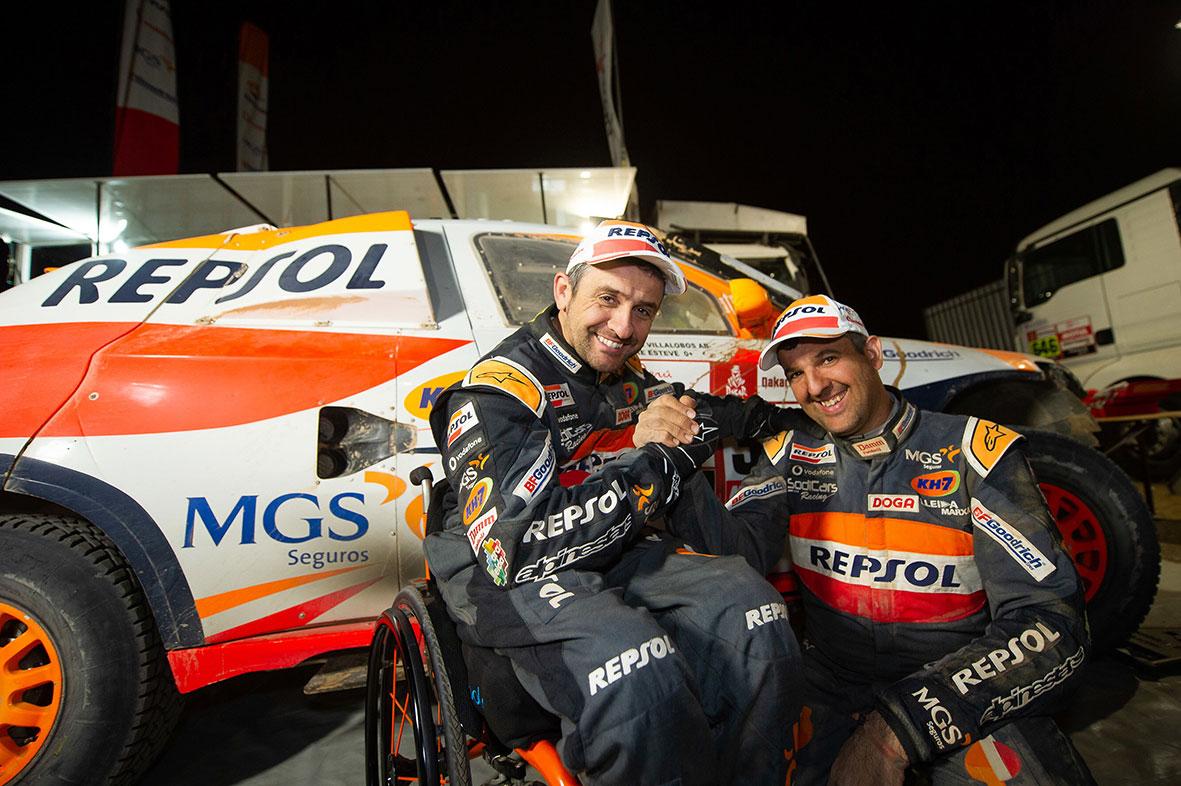 Isidre Esteve y Txema villalobos frente al coche del Repsol Rally Team
