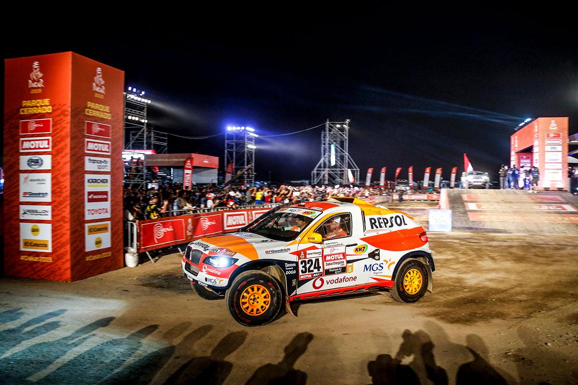 Isidre Esteve con el coche del Repsol Rally Team