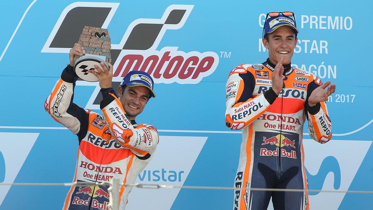 Marc Márquez y Dani Pedrosa en el podio de Motorland durante el GP de Aragón de 2017