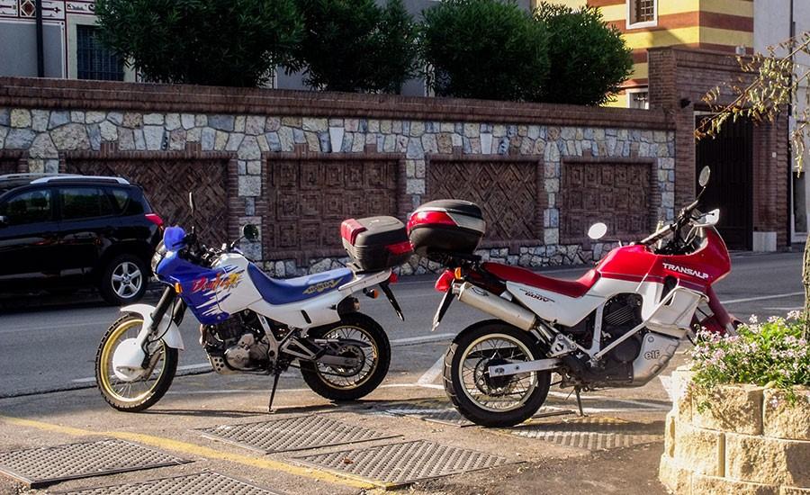 Dos motos honda aparcadas en la acera back to back