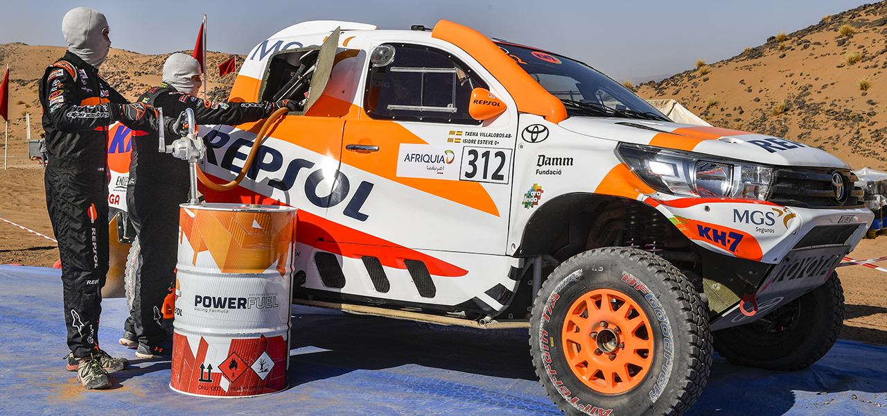 Isidre Esteve y Repsol realizan la primera prueba con combustible renovable en el Toyota Hilux durante el Rally de Marruecos