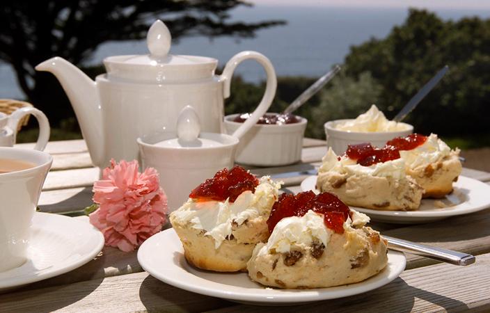 Set de té inglés con pastas.