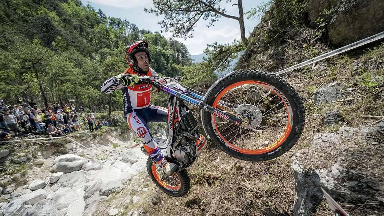 Toni Bou trepando con la moto por una ladera