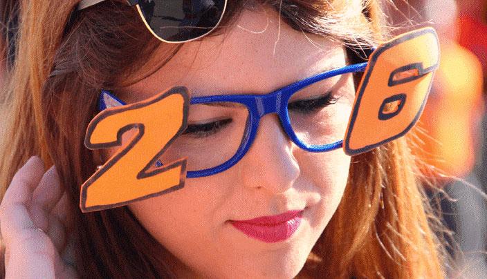 Foto de la cara de una fan Repsol Honda con unas gafas que llevanel 26 a los lados