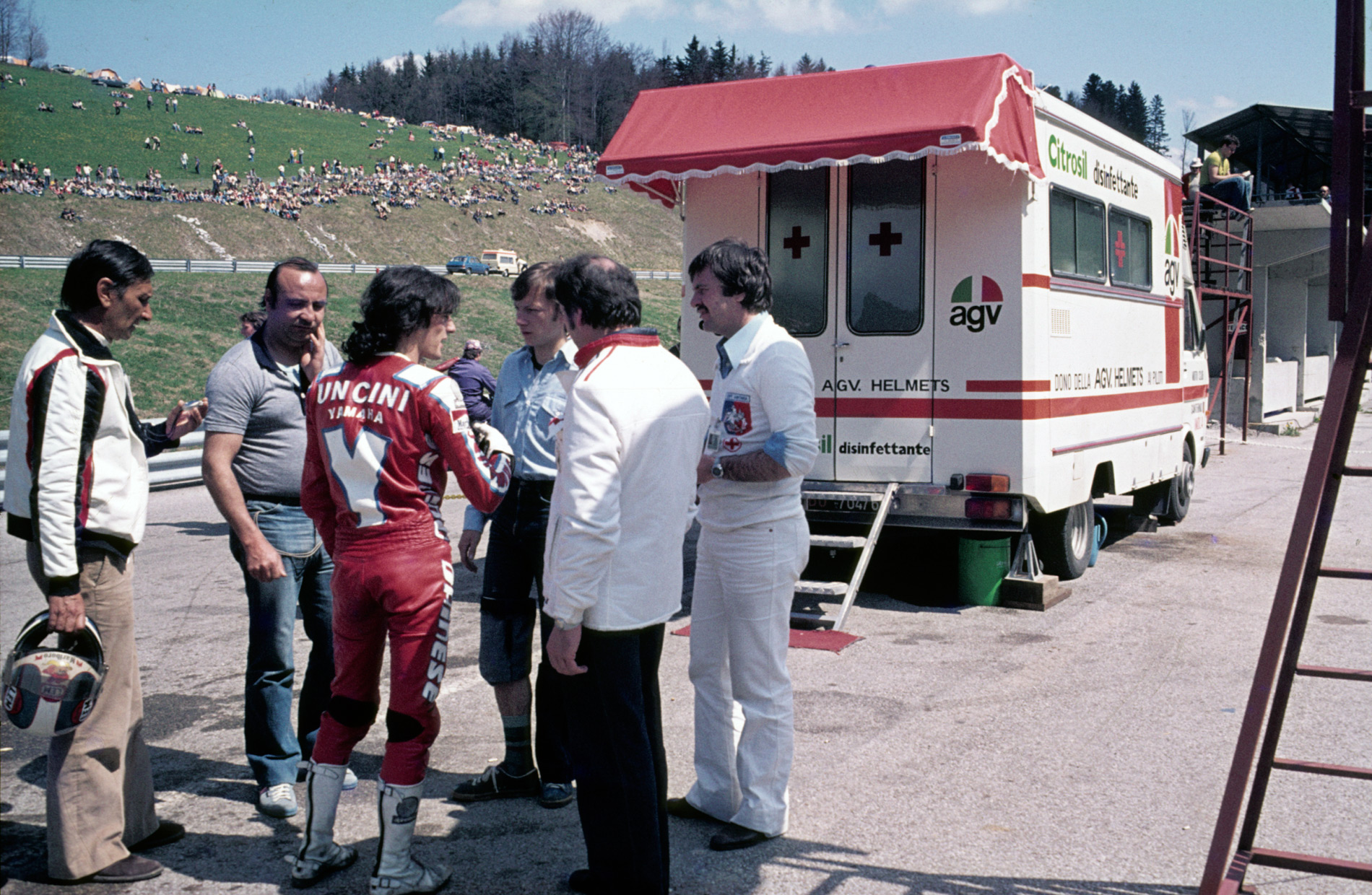 Franco Uncini con personal médico frente a la Clínica Móvil