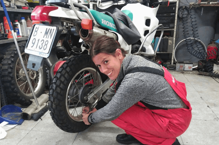 Guadalupe Araoz poniendo a punto su moto.