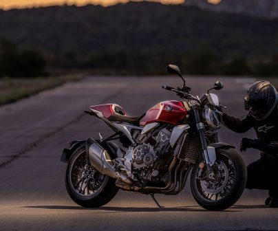 Motero comprobando los frenos de una moto