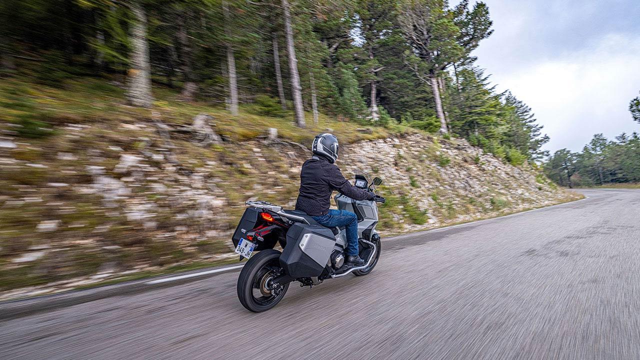 Honda X-ADV 2021 en marcha por carretera