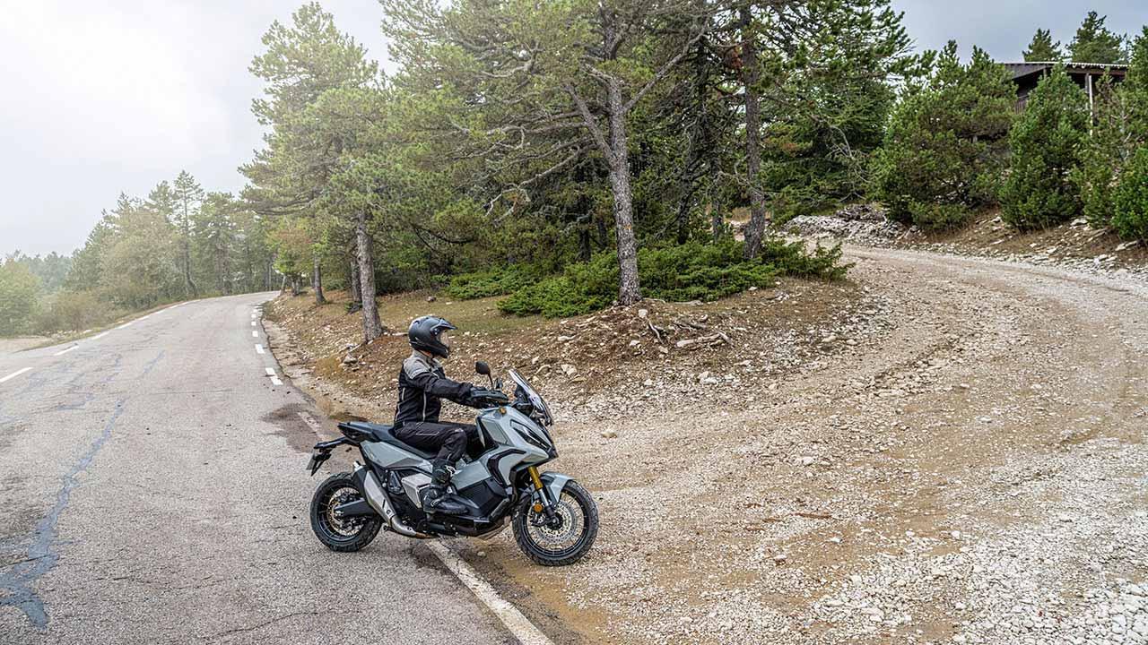 Honda X-ADV 2021 entrando en una pista de tierra