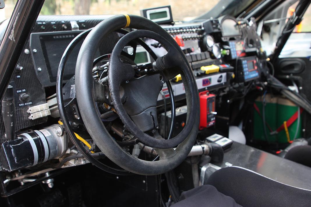 Volante adaptado del coche de Isidre Esteve para el Dakar