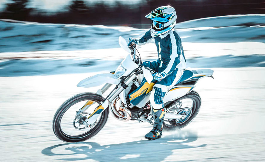 Piloto_rodando_sobre_nieve_con_moto_de_cross