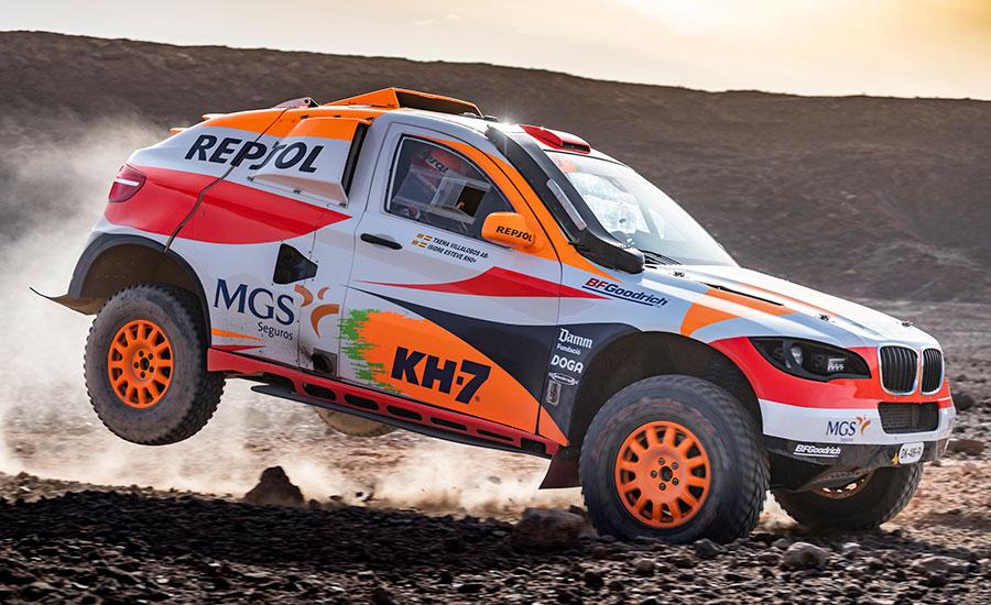 Isidre Esteve y Txema Villalobos saltando con el coche del Dakar
