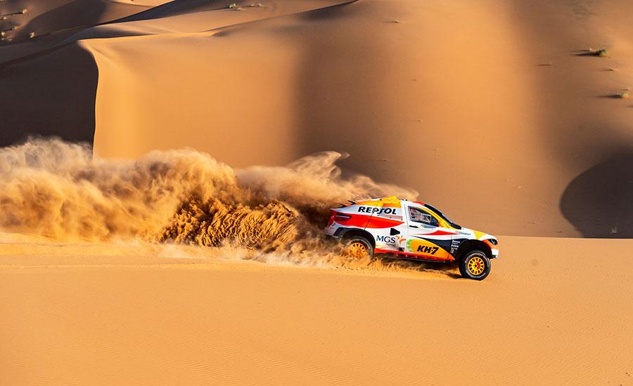Isidre Esteve y Txema Villalobos corriendo con el coche del Dakar en arena