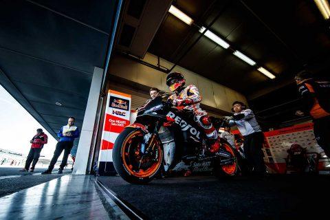Marc Márquez subido en la moto en el box de Jerez durante los entrenamientos de pretemporada
