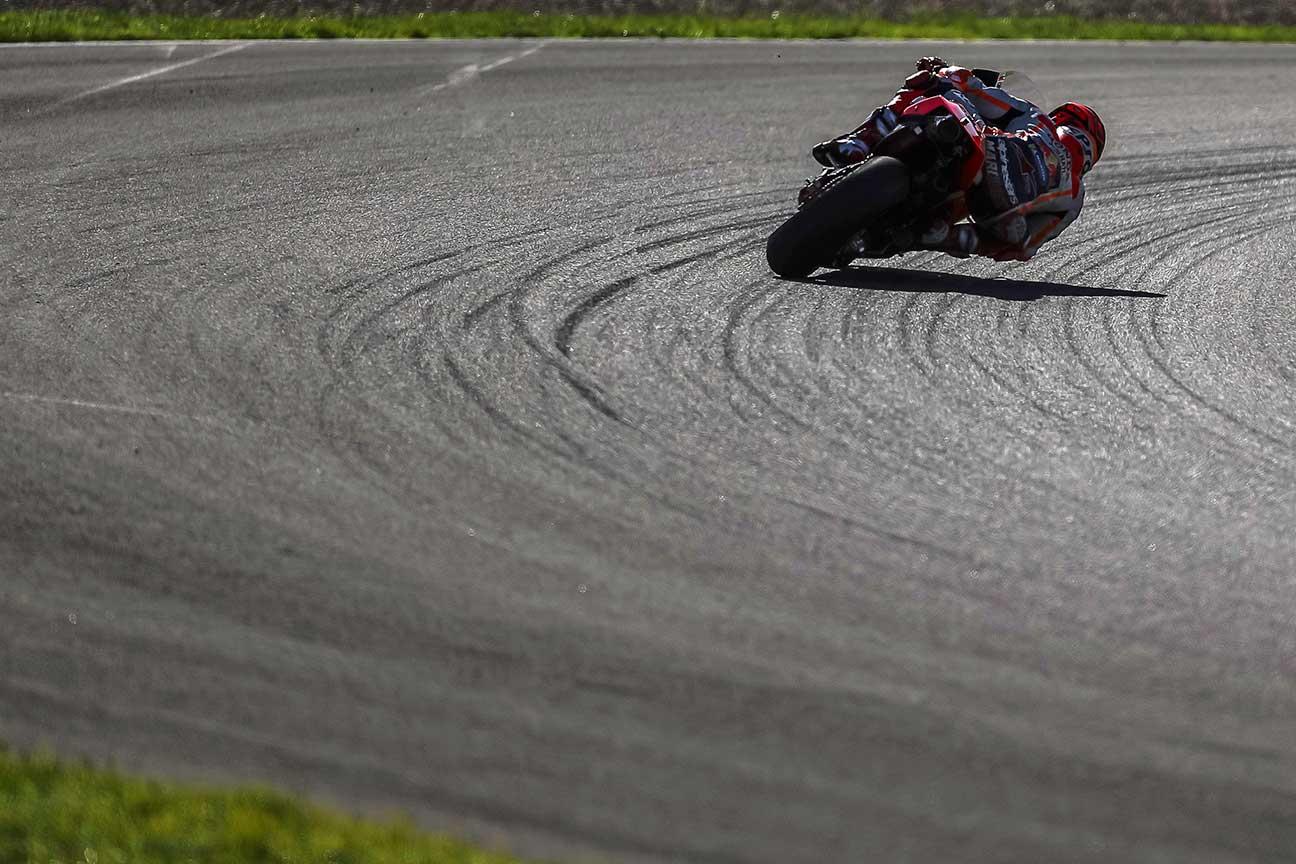 Marc Márquez tomando una curva durante los entrenamientos de pretemporada en Jerez