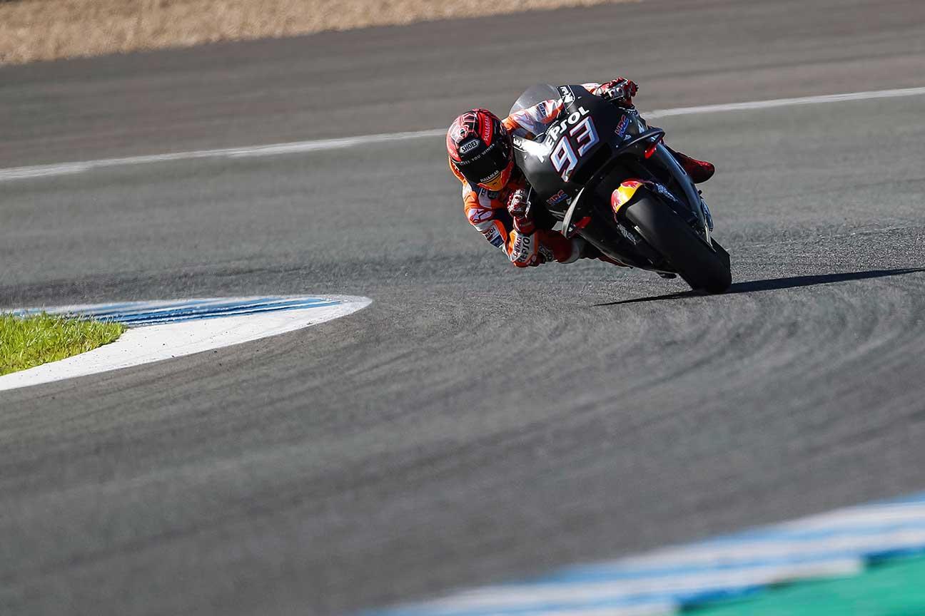 Marc Márquez saliendo de una curva durante los entrenamientos de pretemporada en Jerez