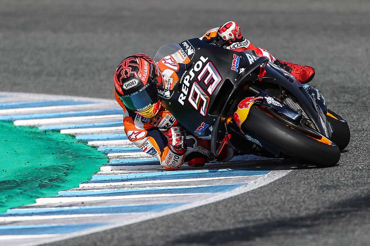 Marc Márquez tocando codo en una curva durante los entrenamientos de pretemporada en Jerez