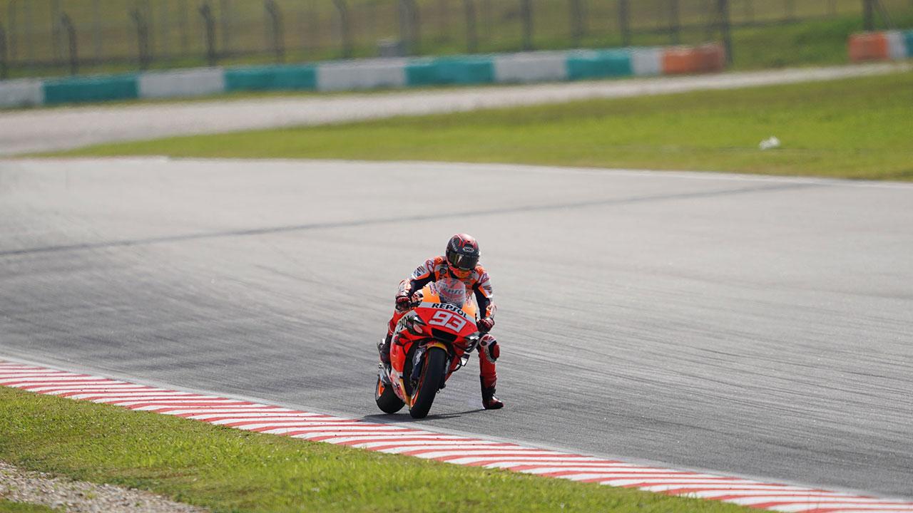 Marc Márquez sacando la pierna en una frenada, tecnica de pilotaje motogp