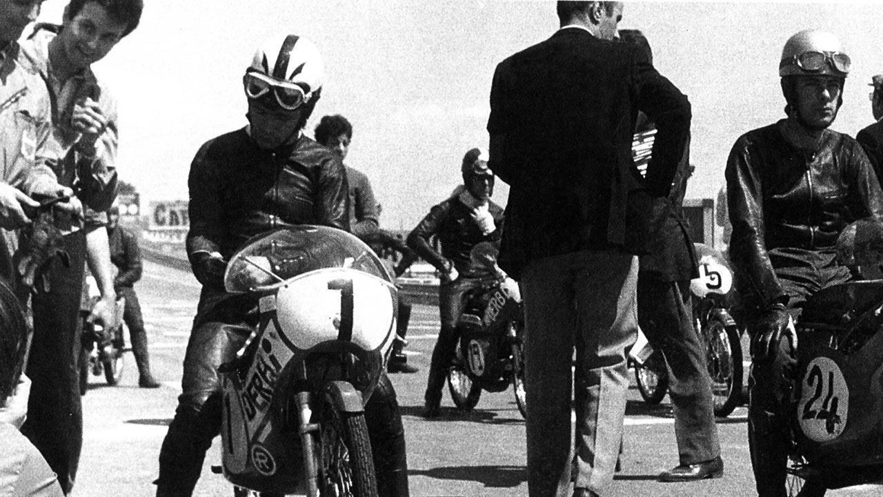 Ángel Nieto sobre su Derbi 50cc en la parrilla de salida del Jarama de 1971