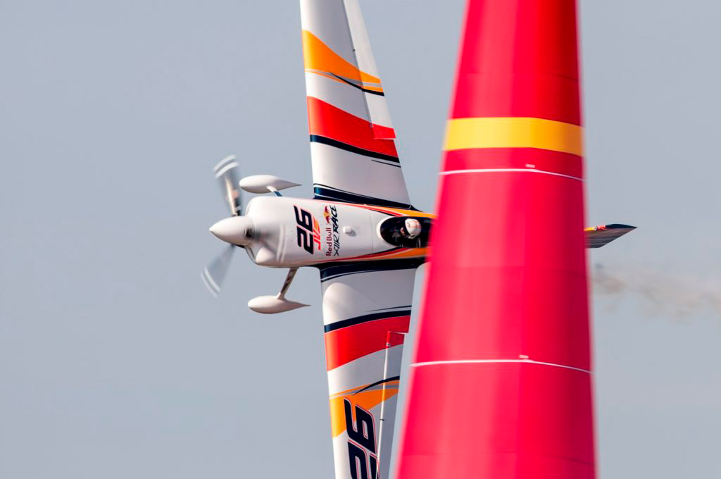Avión de Juan Velarde sorteando un pilón