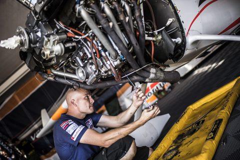 Ted Reynolds trabajando en el motor del avión de Juan Velarde