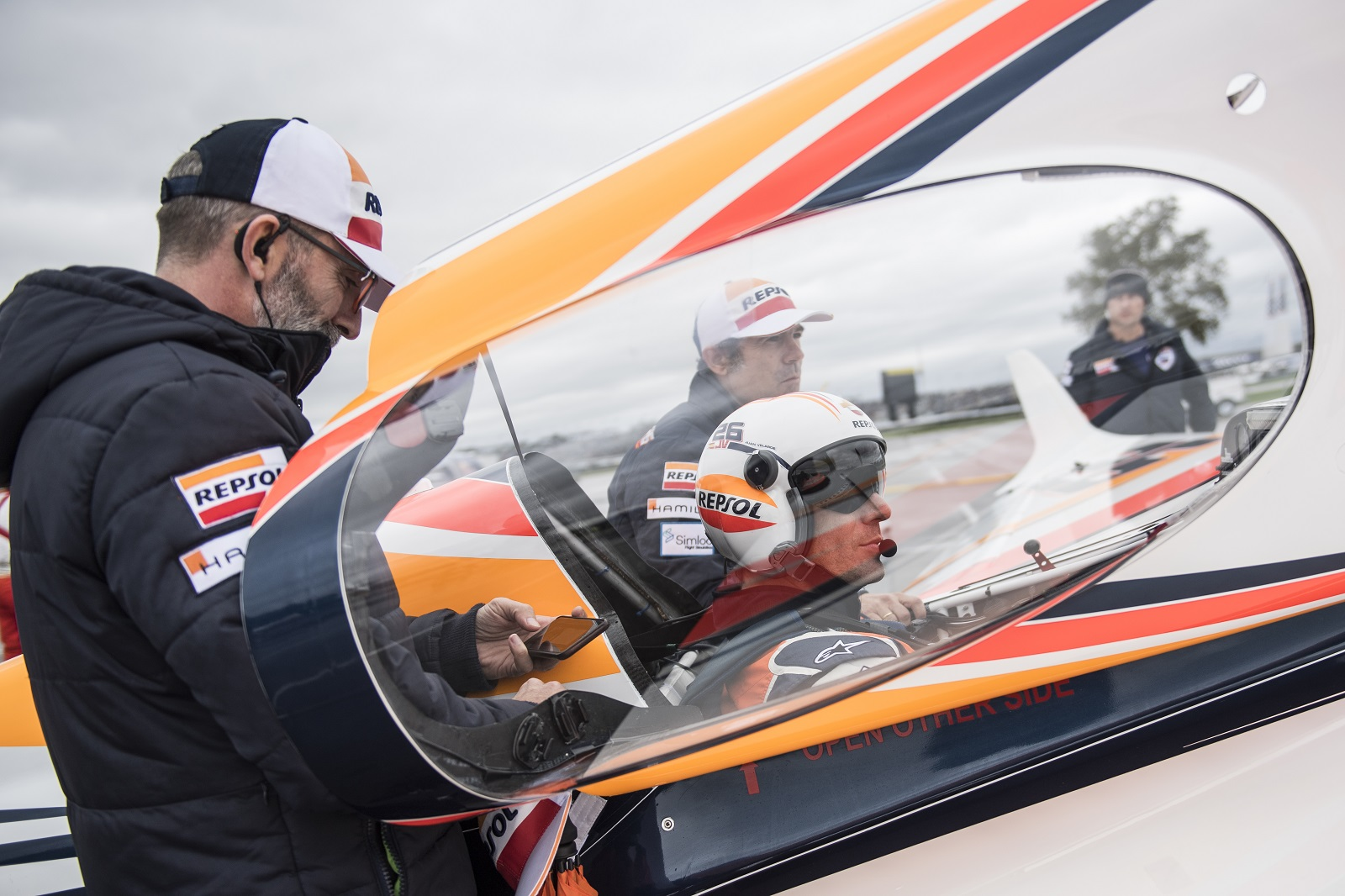 Juan Velarde en pista junto a Anselmo Gámez con la cúpula del avión abierta