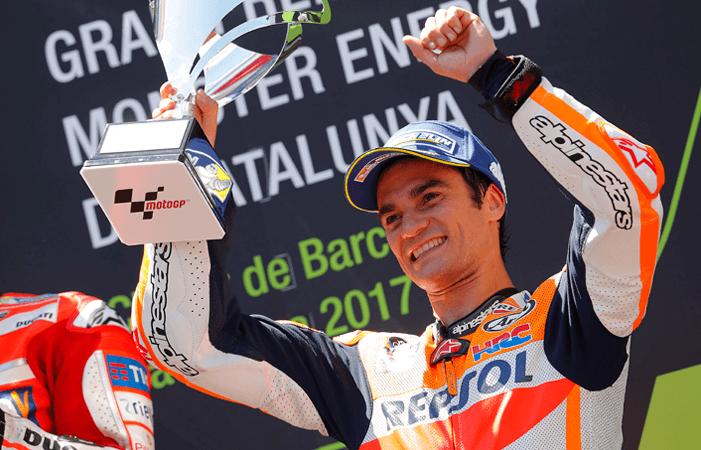 Dani Pedrosa levantando un trofeo