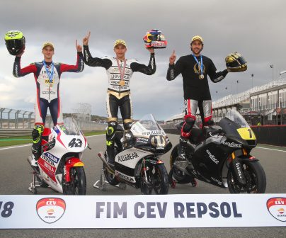Raúl Fernández, Jesko Raffin y Xavier Artigas, posando como campeones del FIM CEV REPSOL 2018
