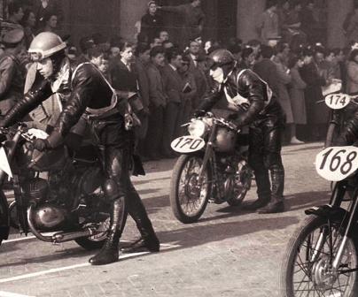 Participantes en el Motogiro de Italia con motos numeradas