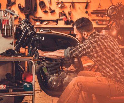 Revisando la moto en el garaje de casa