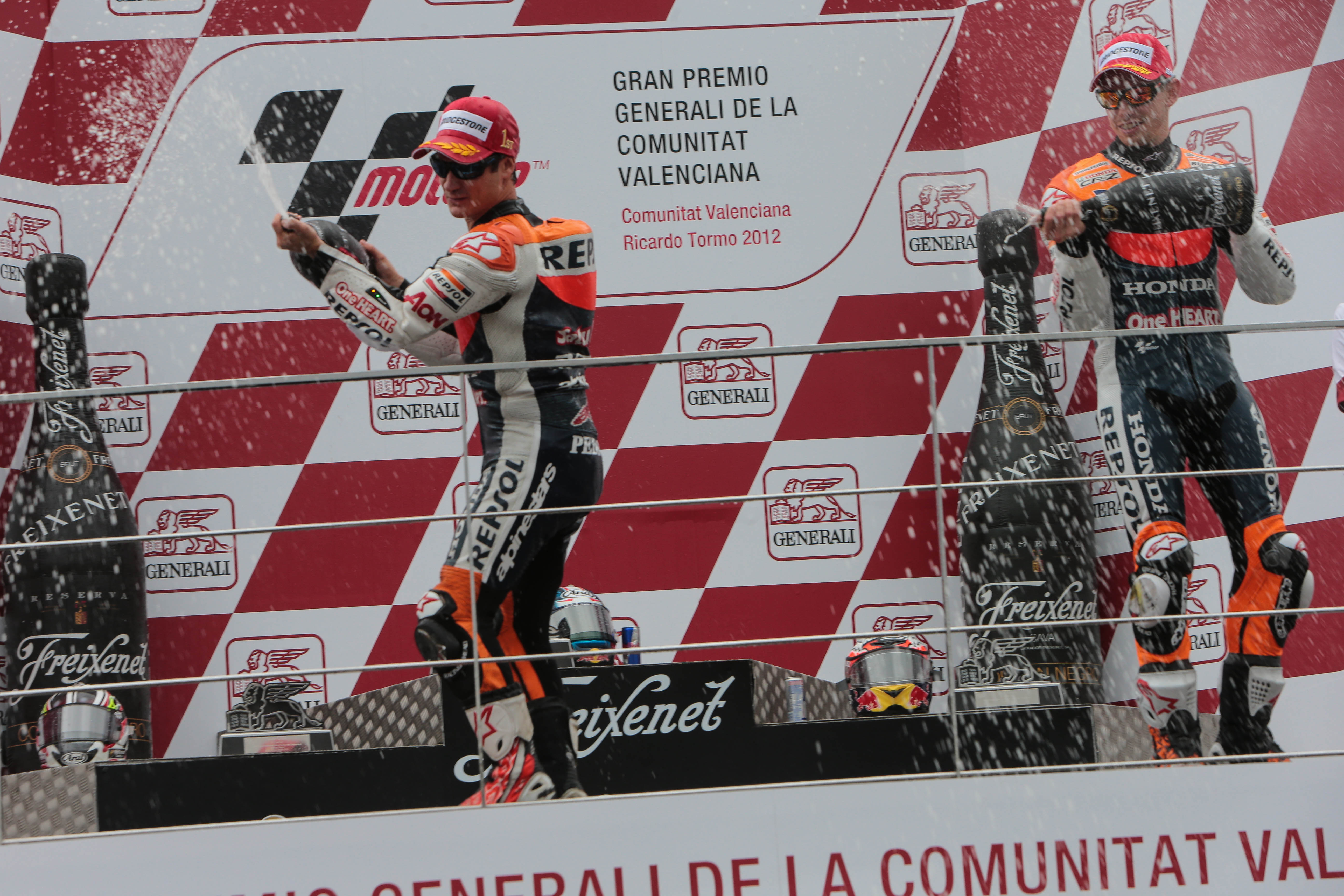 Dani Pedrosa con Casey Stoner en el podio tirando champán