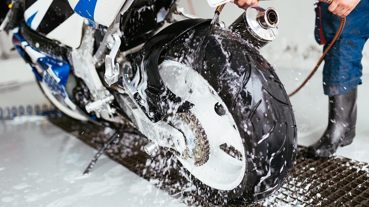 aclarando partes de la moto con agua
