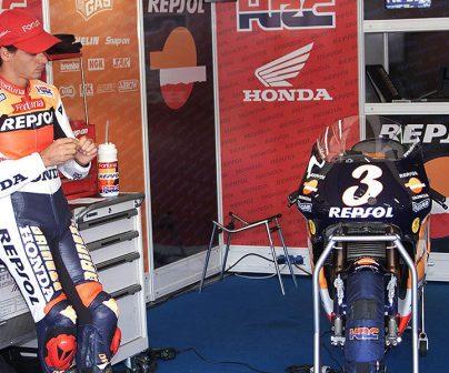 Álex Crivillé en el box junto a su NSR500