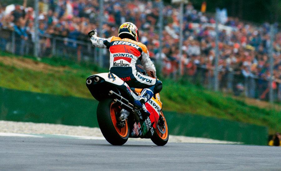 alex-criville-celebra-su-victoria-en-el-GP-de-españa-de-1996