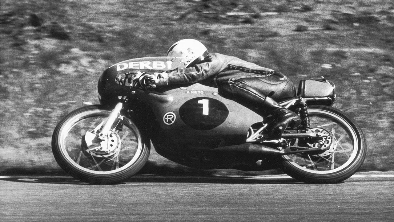 Ángel Nieto en su Derbi Twin 125 compitiendo en el GP de Finlandia de 1972