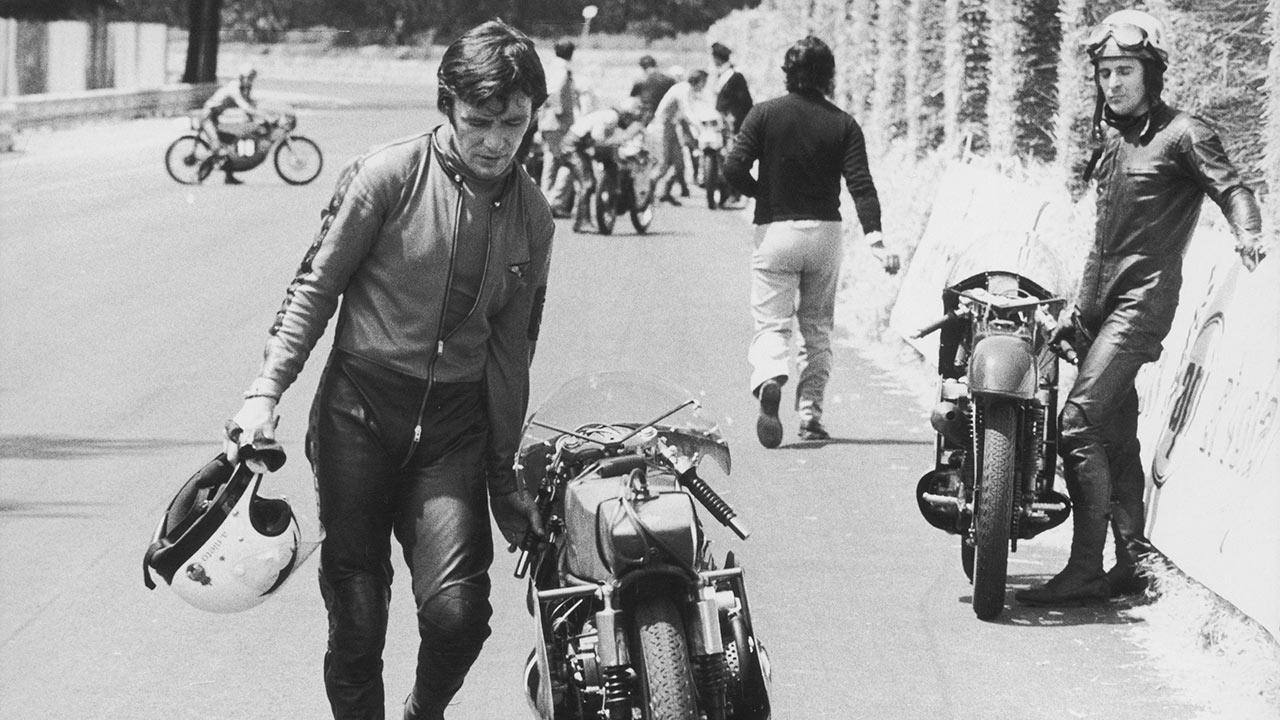 Ángel Nieto moviendo su Derbi de 50cc en el GP de las Naciones de 1972