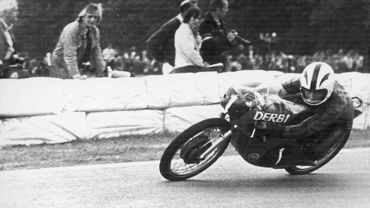 Ángel Nieto tomando una curva en el GP de Holanda de 1972