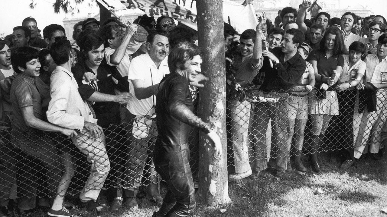 Ángel Nieto celebrando con sus fans