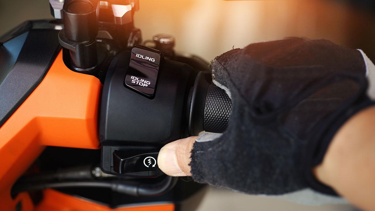 Pulsador de arranque de una moto