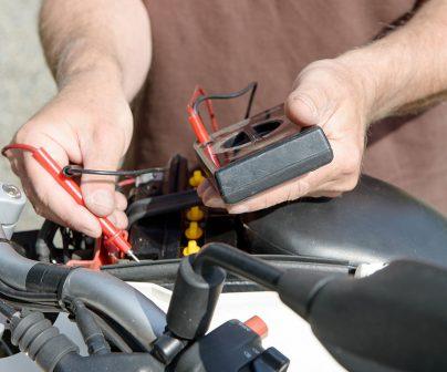 comprobando averías eléctricas en moto con un polímetro
