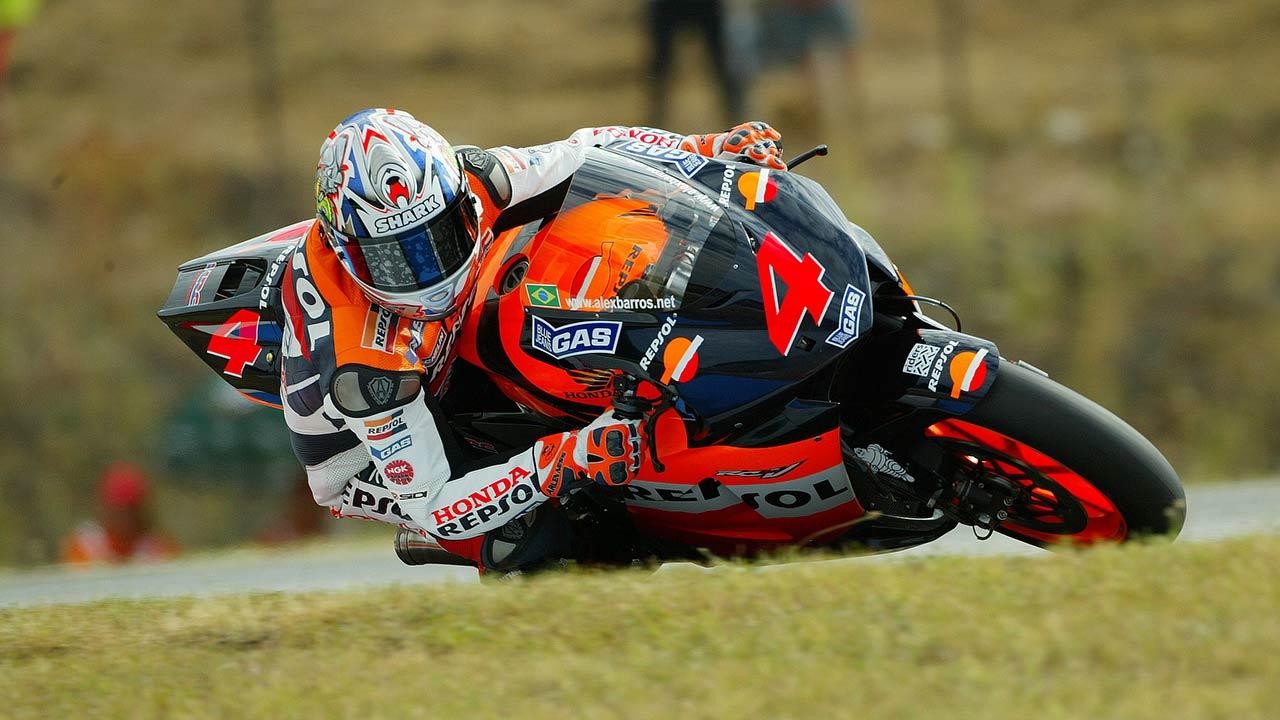 Álex Barros piloto repsol honda en acción sobre la Honda RC211V