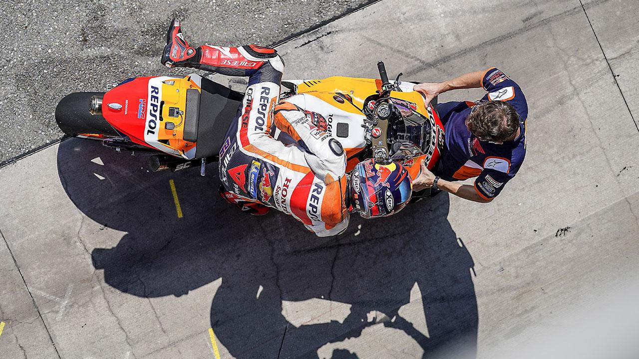 Stefan Bradl bajandose de la moto durante la carrera del GP de la República Checa 2020
