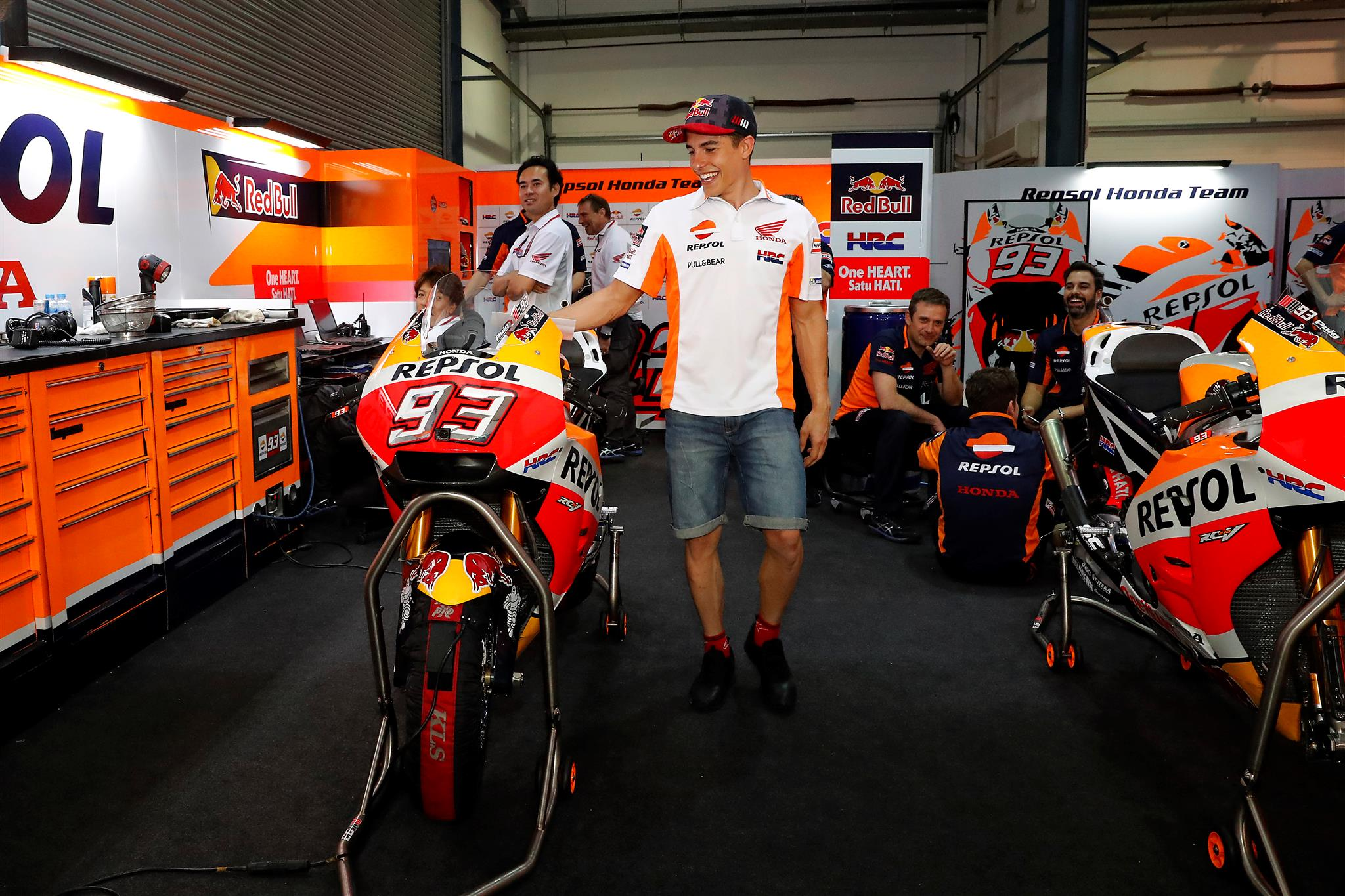 Marc en el box Repsol apoyando mano en el asiento de su MotoGP