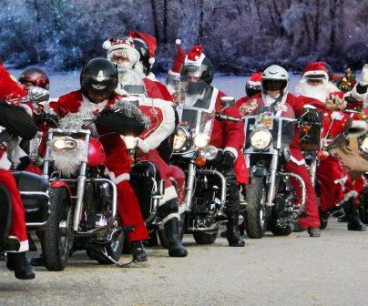 Papanoelada motera con muchos motoristas en cabalgata vestidos de Papa Noel